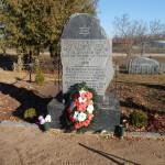 Piemineklis, kas atrodas kapsētas augšējā daļā, netālu no ieejas. Foto: Kaspars Strods