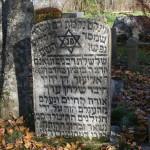 Pieminekļa rabīnam Bencionam Dohninam otra puse